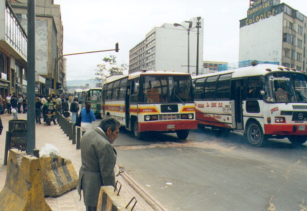 Fig. 16.2 Prior to the development of the TransMilenio BRT system, Bogotá's public transport services were of a chaotic and low-quality nature.