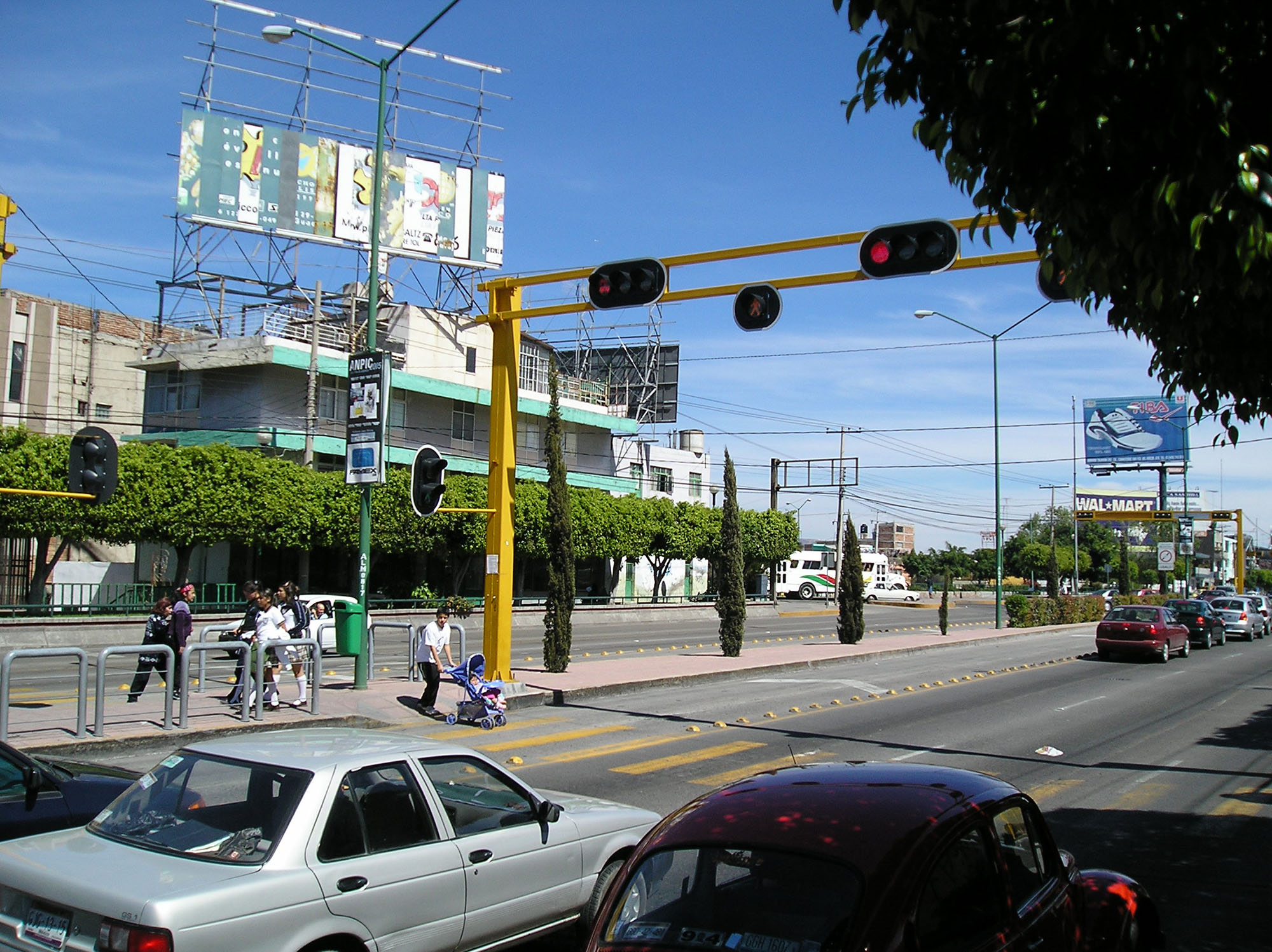 Fig. 29.2 Second component of pedestrian access to a BRT system: crossing the corridor to reach the station (León, Mexico).